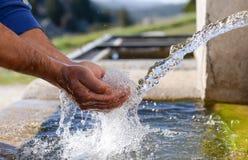 eau potable naturelle fraîche, délicieuse et saine image stock