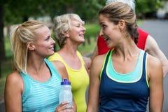 Eau potable parlante et d'athlète féminin de marathon Photo libre de droits