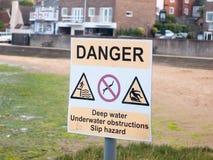 Eau profonde d'avertissement de signe de danger de dock blanc et jaune Image stock