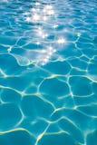 Eau propre claire dans le swimm Images libres de droits