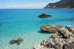 Eau propre d'Agios Nikitas Beach, Leucade, îles ioniennes Photo stock
