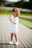 Eau propre potable de petite fille de bouteille photographie stock