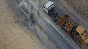 Eauipmet tranporting da construção da carga pela estrada do deserto com montanhas imagens de stock