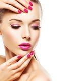Eautiful与眼睛和钉子桃红色构成的妇女面孔  图库摄影
