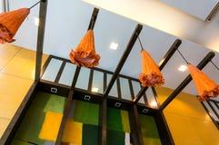 Eautiful dekorativa lampor som hänger mot den färgrika bakgrunden Arkivbilder