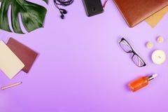 Eautiful flatlay avec un carnet et verres, feuilles de philodendron et d'autres accessoires d'affaires Images libres de droits