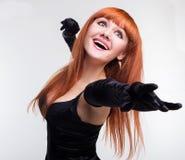 Eautiful flicka i svarta leenden för en klänning Royaltyfri Fotografi