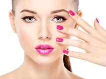 Eautiful-Frauengesicht mit rosa Make-up von Augen und von Nägeln Lizenzfreies Stockbild