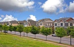 Eautiful zielona mieszkaniowa ulica zdjęcia royalty free