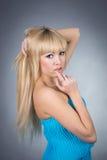 Eautifulmeisje in een blauwe kleding Royalty-vrije Stock Foto