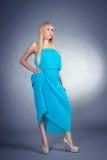 Eautifulmeisje in een blauwe kleding Stock Foto