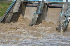 Eaux d'inondation au-dessus d'un barrage Photos stock