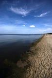 Eaux libres polluées de mer baltique avec le ciel bleu Photographie stock