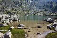 Eaux propres de lac Argirovo, Pirin, Bulgarie Image stock