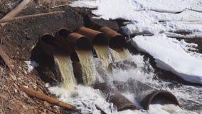 Eaux usées industrielles de tuyau rouillé dans la rivière