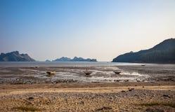Eb en kleine boten bij Cat Ba-eiland in Vietnam Stock Foto
