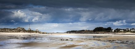 Eb met duinen en stenenkustlijn in Bretagne, Frankrijk Stock Afbeelding