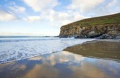 Eb op de rotsachtige kust van Cornwall, Engeland stock foto's