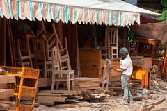 Ebanista camboyano en el trabajo Imagen de archivo libre de regalías