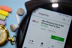 Ebay-Einkaufen: Kauf u. verkaufen, entdecken Abkommen u. außer Entwickler-App mit dem Vergrößern auf Smartphone-Schirm lizenzfreies stockfoto