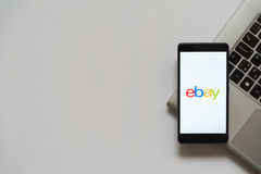 Ebay-embleem op het smartphonescherm Stock Foto's