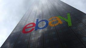 eBay Inc embleem op een wolkenkrabbervoorgevel die op wolken wijzen Het redactie 3D teruggeven Royalty-vrije Stock Foto's