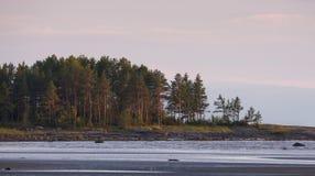 Ebbe an der Küste des weißen Meeres, Russland Schwere russische Nordlandschaft mit verlassenem Sandy Beach, Ridge Of Rocks And A Lizenzfreie Stockfotos