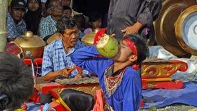 Ebeg舞蹈家饮料椰子水 免版税库存照片