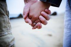 Eben eingerückte Paarholdinghände Stockfotos