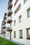 Eben erneuerter Wohnblock Stockfotos