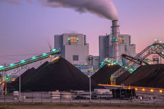 Eben errichtetes Kraftwerk der Kohle stockfotografie