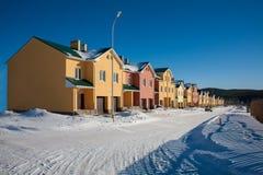 Eben gebaute Vorstadtreihen-Häuser lizenzfreie stockbilder