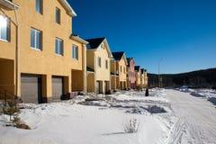 Eben gebaute Vorstadtreihen-Häuser lizenzfreies stockbild