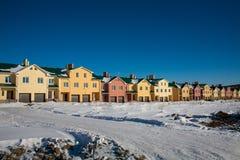 Eben gebaute Vorstadtreihen-Häuser Stockbilder