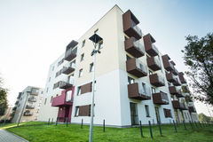 Eben gebautes Apartmenthaus Stockfotos