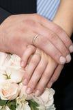 Eben geheiratet - Hände mit Goldringen Stockfotos
