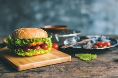 Eben gemachter Hamburger auf dem Tisch stockfotos