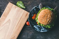 Eben gemachter Hamburger auf dem Tisch lizenzfreie stockfotografie