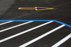 Eben gemalte Verkehrs-und Parken-Zeilen lizenzfreies stockbild