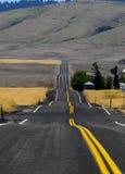 Eben gepflasterte Landstraße in Ost-Washington, das Trugbilder zeigt Lizenzfreies Stockfoto