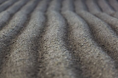 Eben gepflogenes Ackerland mit symmetrischen Furchen Stockfoto