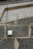 Eben installiert, Ein/Aus-Schalter des Wasserwiderstands für das Beleuchten in einen Pferdestall stockfoto