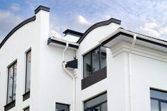 Eben installiertes Baurahmenhaus-Regengossensystem auf die Dachoberseite lizenzfreies stockbild