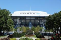 Eben verbesserter Arthur Ashe Stadium mit fertigem einziehbarem Dach bei Billie Jean King National Tennis Center bereit zum US Op lizenzfreie stockbilder