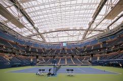Eben verbesserter Arthur Ashe Stadium mit fertigem einziehbarem Dach bei Billie Jean King National Tennis Center bereit zum US Op Stockfoto