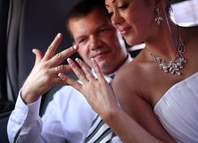 Eben verheiratete Paare stockfotografie