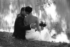 Eben verheiratete Paare stockbilder