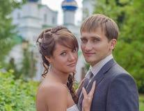Eben verheiratete schöne Paare Stockfotografie