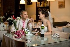 Eben verheiratetes Paar Lizenzfreie Stockfotos