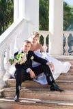 Eben verheiratetes Paar draußen Lizenzfreie Stockbilder